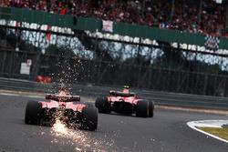 Reifenschaden mit Funkenflug: Sebastian Vettel, Ferrari SF70H