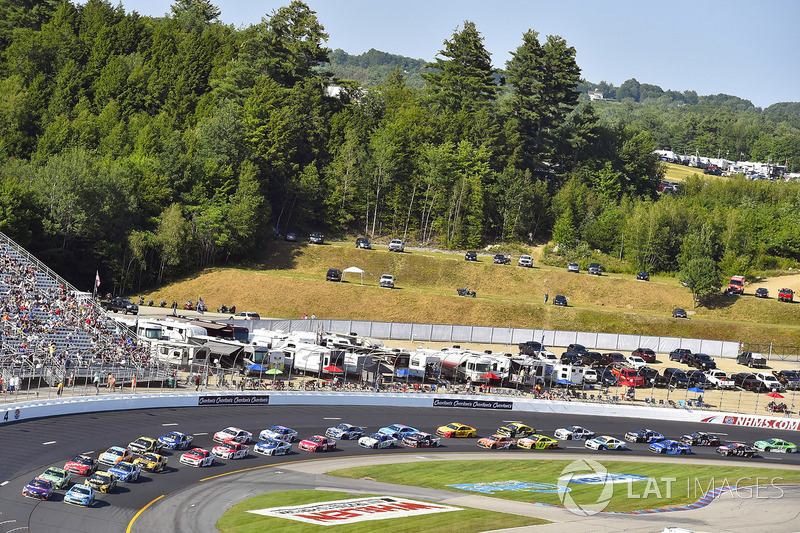 Denny Hamlin, Joe Gibbs Racing Toyota, Kevin Harvick, Stewart-Haas Racing Ford
