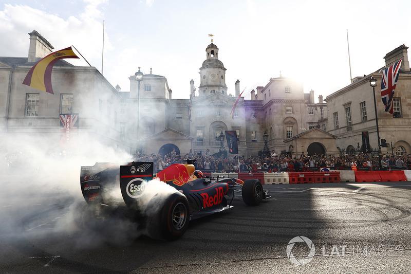 Daniel Ricciardo, Red Bull Racing RB13, hace algunas donuts