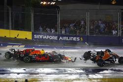 Kimi Raikkonen, Ferrari SF70H, Max Verstappen, Red Bull Racing RB13 et Fernando Alonso, McLaren MCL32, s'accrochent