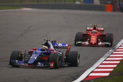 Carlos Sainz Jr., Scuderia Toro Rosso STR12, devance Kimi Raikkonen, Ferrari SF70H