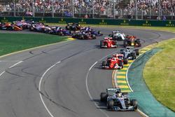 1. Kurve: Lewis Hamilton, Mercedes AMG F1 W08
