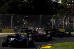 Столкновение после старта: Кевин Магнуссен, Haas F1 VF-17, и Маркус Эрикссон, Sauber C36