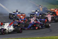 Felipe Massa, Williams FW40, Daniil Kvyat, Scuderia Toro Rosso STR12, Carlos Sainz Jr., Scuderia Toro Rosso STR12, Sergio Perez, Force India VJM10, y el resto del campo al inicio de la carrera
