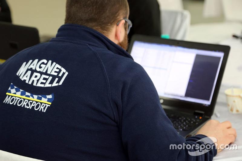 Ingeniero de Magneti Marelli en el trabajo