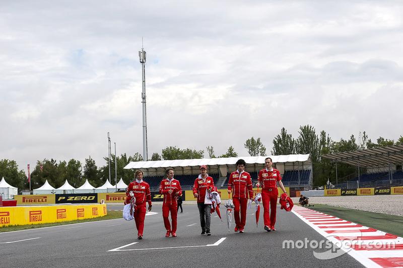Ознакомление с трассой: гонщик Ferrari Себастьян Феттель и инженер команды Риккардо Адами