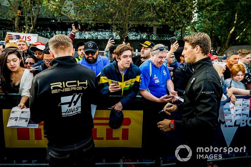 Kevin Magnussen, Haas F1 Team e Romain Grosjean, Haas F1 Team, firmano autografi ai tifosi all'evento a Federation Square