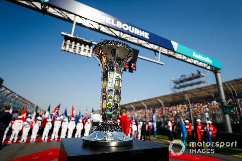 El trofeo de Constructores en la parrilla antes del inicio