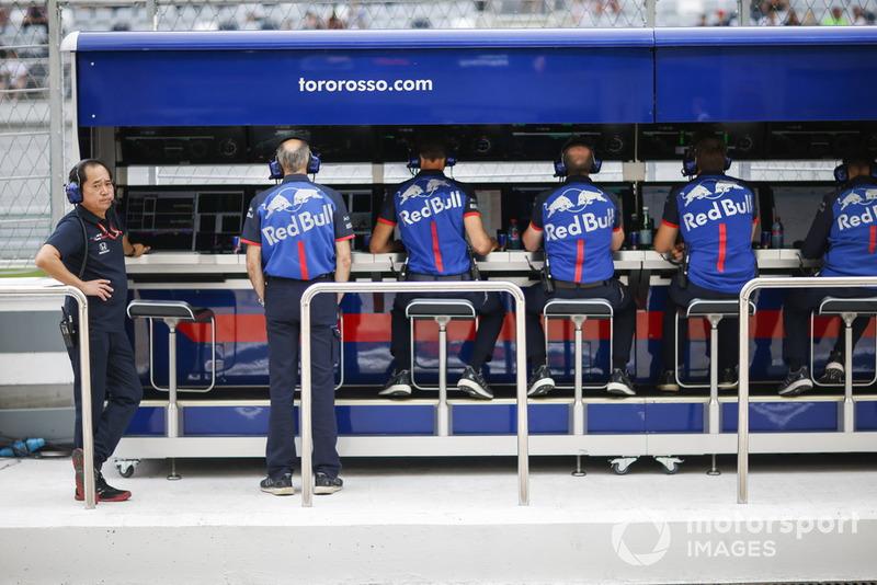 Dinding pit Scuderia Toro Rosso
