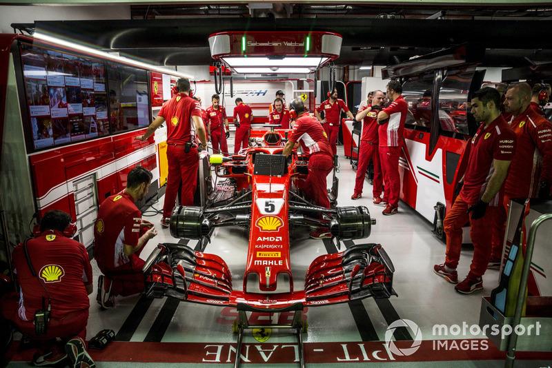Sebastian Vettel, Ferrari SF71H en el box