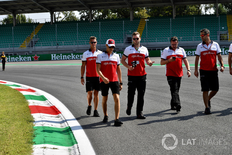 Marcus Ericsson, Sauber with his engineers on the track walk