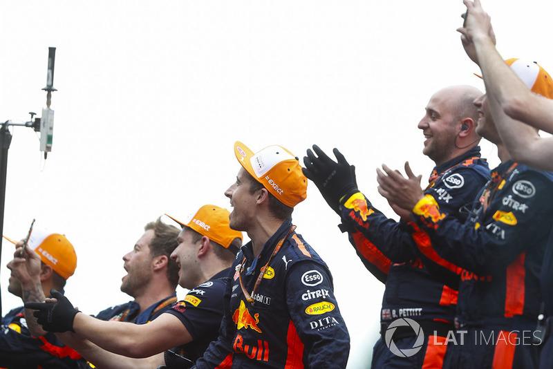 Mecánicos de Red Bull aplauden a Max Verstappen, Red Bull Racing