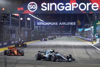Valtteri Bottas, Mercedes AMG F1 W09 EQ Power+, Kimi Raikkonen, Ferrari SF71H, y Daniel Ricciardo, Red Bull Racing RB14