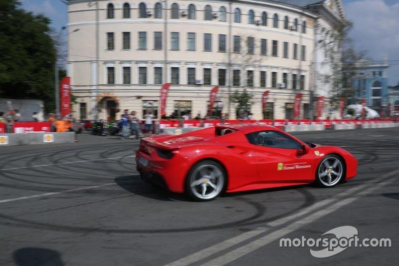 Марк Жене за кермом Ferrari