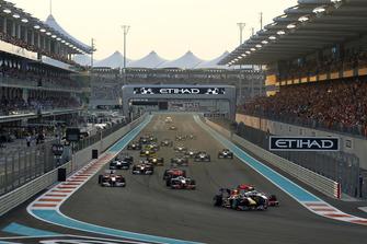 Sebastian Vettel, Red Bull Racing RB6, Lewis Hamilton, McLaren MP4-25 Mercedes al inicio