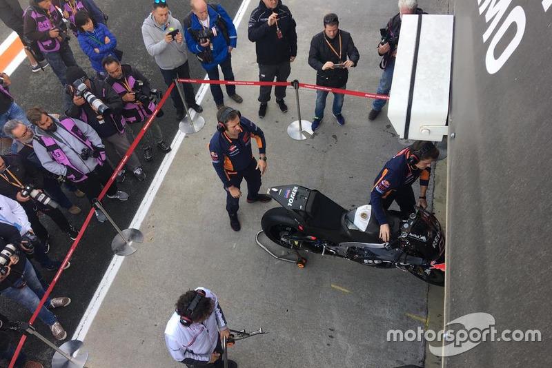 Mecánicos del Repsol Honda preparan las motos de Marc Márquez