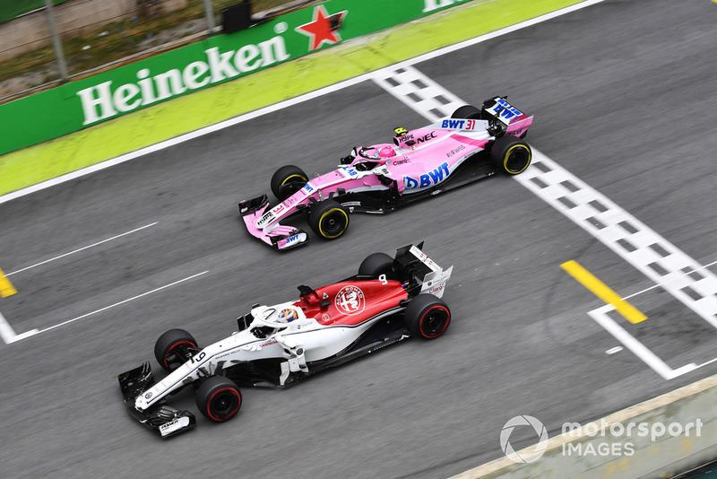 Маркус Эрикссон, Alfa Romeo Sauber C37, и Эстебан Окон, Racing Point Force India F1 VJM11