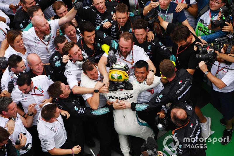 Lewis Hamilton, Mercedes AMG F1 fête sa victoire dans le Parc Fermé avec ses mécaniciens