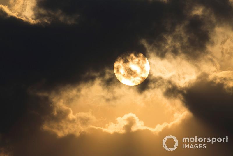 Des nuages passent devant le soleil