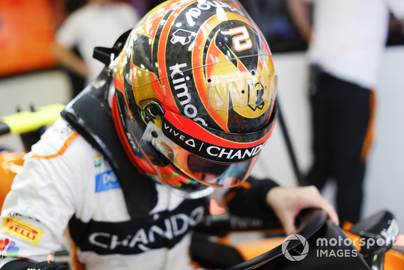 Stoffel Vandoorne, McLaren MCL33, si cala nell'abitacolo della sua monoposto