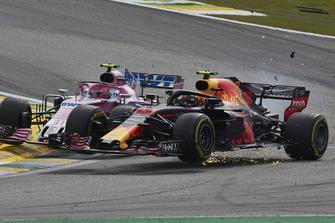 Max Verstappen, Red Bull Racing RB14, ed Esteban Ocon, Racing Point Force India VJM11, si urtano