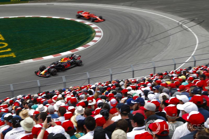 Daniel Ricciardo, Red Bull Racing RB14, leads Kimi Raikkonen, Ferrari SF71H