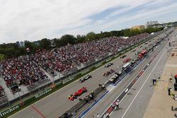Sebastian Vettel, Ferrari SF71H, voor Valtteri Bottas, Mercedes AMG F1 W09, Max Verstappen, Red Bull Racing RB14, Lewis Hamilton, Mercedes AMG F1 W09, Kimi Raikkonen, Ferrari SF71H, Daniel Ricciardo, Red Bull Racing RB14 en de rest bij de start