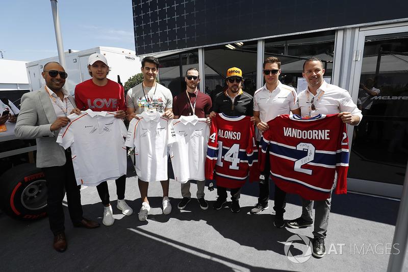 Fernando Alonso, McLaren, y Stoffel Vandoorne, McLaren, intercambian camisetas con jugadores de hockey