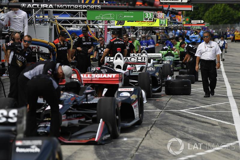 Josef Newgarden, Team Penske Chevrolet, pit lane