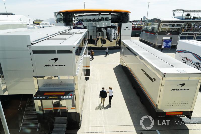 Camion McLaren nel Paddock