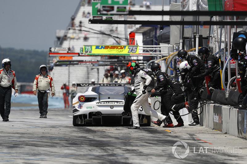 #63 Scuderia Corsa Ferrari 488 GT3, GTD: Cooper MacNeil, Gunnar Jeannette, Jeff Segal, pit stop