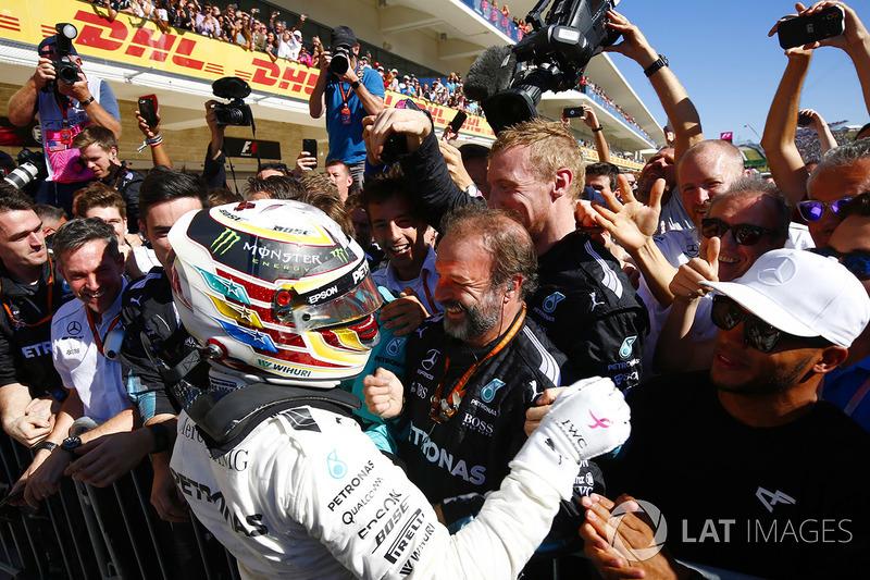 Lewis Hamilton, Mercedes AMG F1, celebra con el equipo