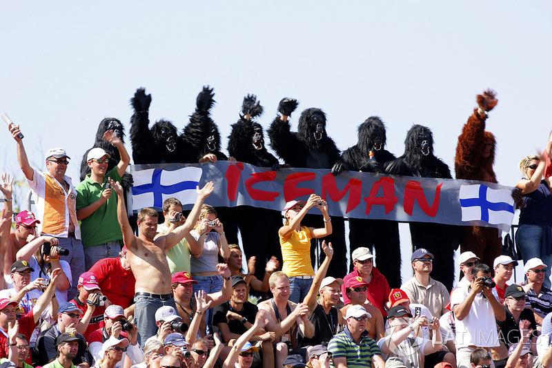 Em 2007, Raikkonen apareceu em uma corrida de barcos na Finlândia usando uma fantasia de macaco