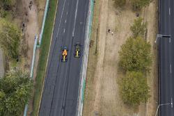 Фернандо Алонсо, McLaren MCL33, и Карлос Сайнс, Renault Sport F1 Team RS18