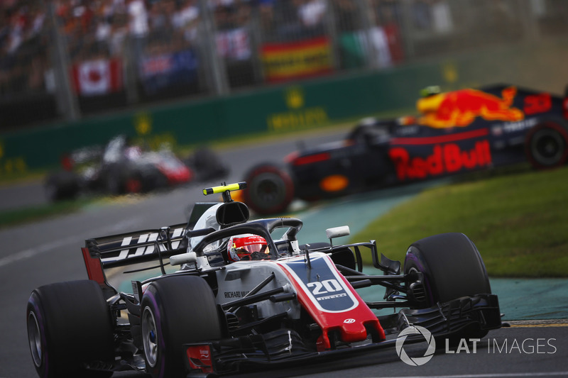 Kevin Magnussen, Haas F1 Team VF-18 Ferrari ve spin atan Max Verstappen, Red Bull Racing RB14 Tag Heuer