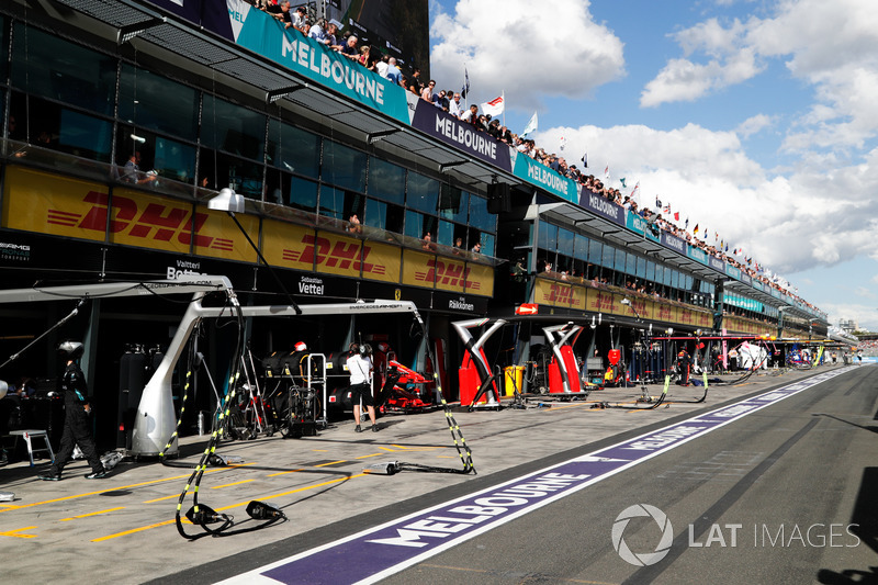 Engineers and equipment in the pit lane ready for stops