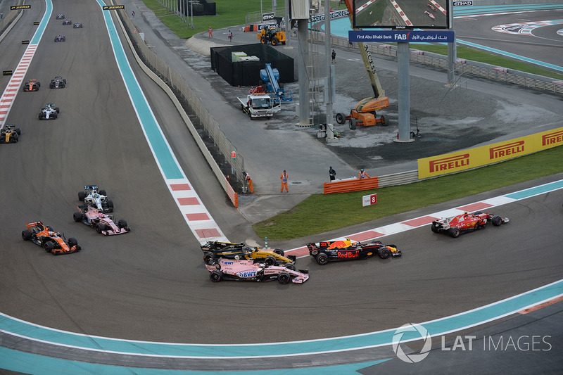 Nico Hulkenberg, Renault Sport F1 Team RS17 and Esteban Ocon, Sahara Force India VJM10 battle for position at the start of the race