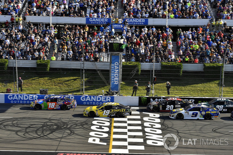 Kyle Busch, Joe Gibbs Racing, Toyota Camry M&M's Caramel leads