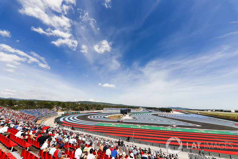 Daniel Ricciardo, Red Bull Racing RB14, precede Sergio Perez, Force India VJM11