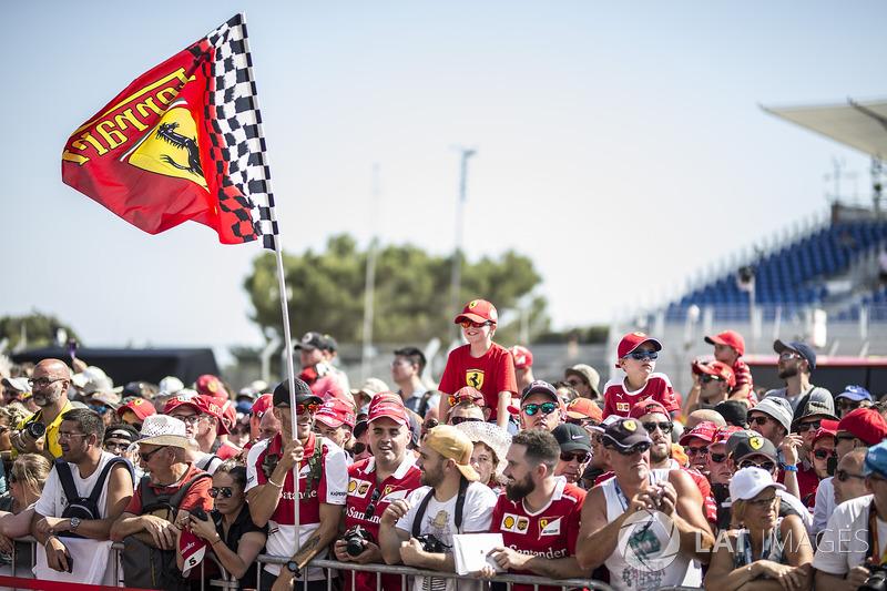 Aficionados de Ferrari y una bandera