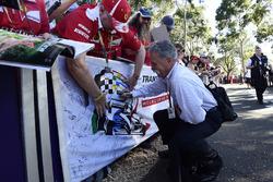 Chase Carey, PDG de la Formule 1, signe des autographes