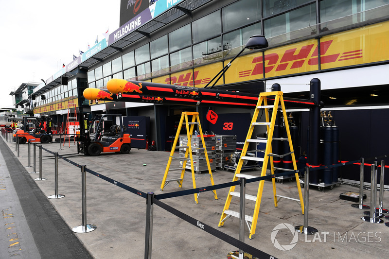 Preparazione del box Red Bull Racing