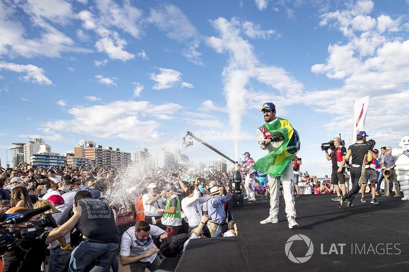 Sam Bird, DS Virgin Racing, spruzza lo champagne sul podio