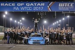 Wereldkampioen Thed Björk, Polestar Cyan Racing, Volvo S60 Polestar TC1 met het team