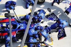 Pierre Gasly, Toro Rosso STR13 Honda, effettua un pit stop per sostituire il musetto