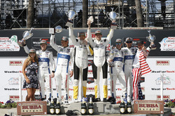 GTLM podium: tweede Ryan Briscoe, Richard Westbrook, Chip Ganassi Racing, winnaars Oliver Gavin, Tommy Milner, Corvette Racing, derde Dirk Müller, Joey Hand, Chip Ganassi Racing Ford