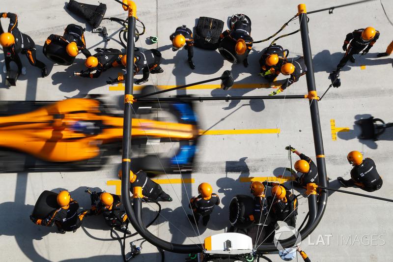 Fernando Alonso, McLaren MCL33 Renault, viene a parar