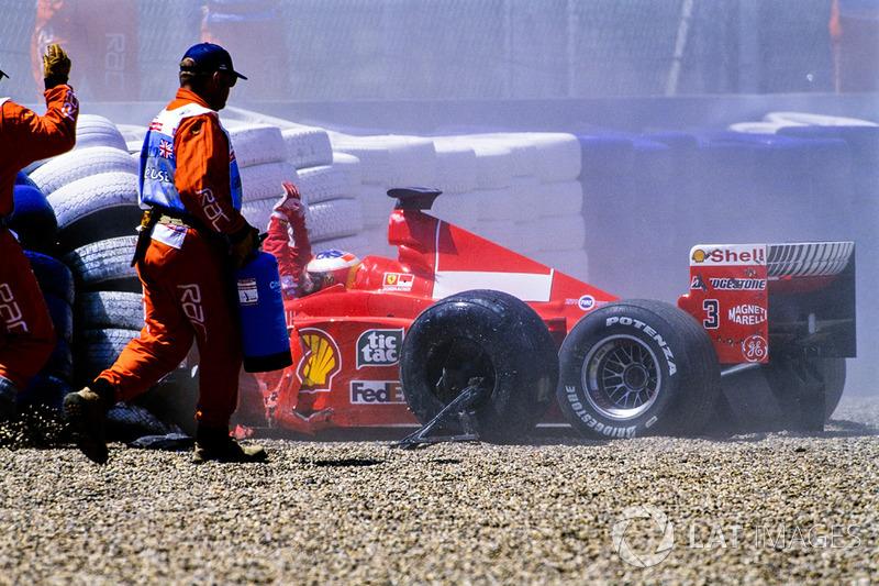 Schumacher schiet op hoge snelheid van de baan in Stowe: