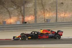 Max Verstappen, Red Bull Racing RB14 revient au stand avec une crevaison