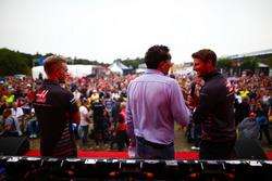 Kevin Magnussen, Haas F1 Team, y Romain Grosjean, Haas F1 Team, son entrevistados en el escenario